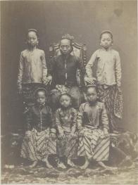 Ratu Ageng ( janda Susuhunan Paku Buwono VI ) bersama putra-putri